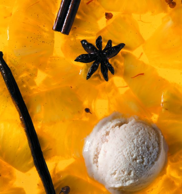 Preparate questo dessert con un giorno di anticipo cominciando dal gelato alla banana. Riducete in purea le banane nella ciotola dl robot da cucina utilizzando il passaverdure a velocità 4. Incorporatevi lo zucchero a velo, la noce moscata, lo sciroppo d'acero e il rum utilizzando la frusta piatta a velocità 4 fino a ottenere un composto omogeneo. Trasferite in un'altra ciotola.Lavate e asciugate accuratamente la ciotola del robot da cucina, poi montatevi la panna utilizzando la frusta a…