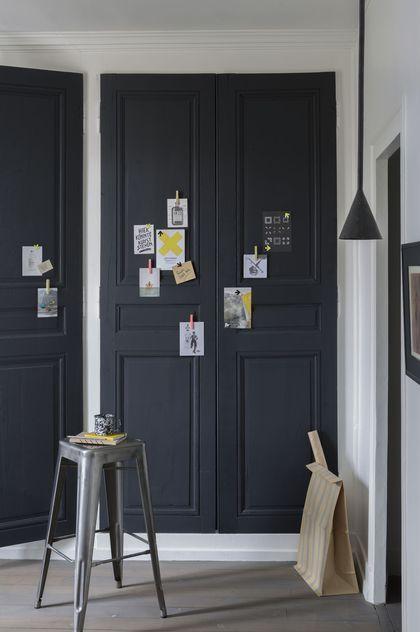 Repeindre les portes de placards pour mettre de la couleur sur les murs