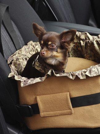 burda style, Schnittmuster - Mit den praktischen Hundeaccessoires ist Ihr Vierbeiner im Auto gut und sicher untergebracht: Decke für die Rückbank, einfach an den Kopfstützen eingehängt oder Hundekorb zum Anschnallen. Die beiden unterschiedlichen Mäntelchen halten warm und sehen flott aus, auch der Knochen zum Spielen darf nicht fehlen.