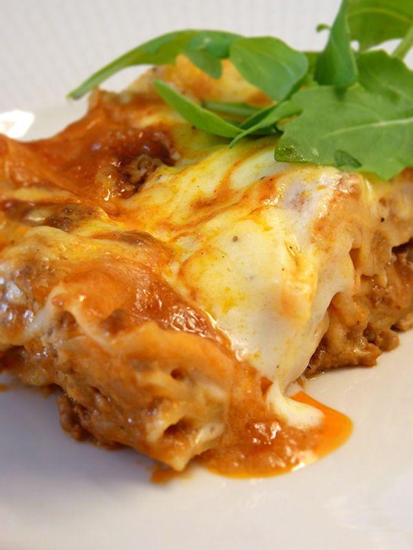 Krämig och god lasagne med köttfärssås. Läs mer på recept.com