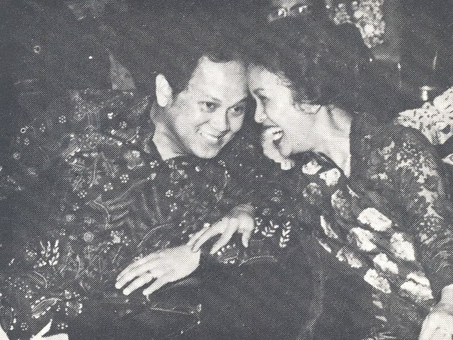 Senyum Prof.Dr-ing. BJ Habbie dan Ibu dr. Hasri Ainun Habibie, kisah cinta inspirasional antara mereka berdua. Intelektualitas dan romantika.