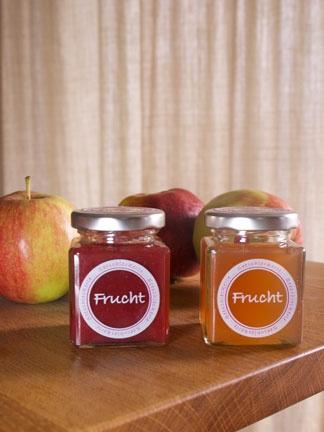 """Ta Ta...Stadtwerk    das ist die Marmelade aus den Erdbeeren....    Das Stadtwerk am See hat für alle seine Kunden einen Kundenkalender, der jeden Monat Aktionen enthält.    Diese Woche bekommt jeder Kunde gegen Vorlage seines Coupons ein Glas Marmelade aus der Region- besser gesagt von uns :-) ....     Wir freuen uns sehr, Teil dieser Aktion zu sein.    Zur Wahl steht """"Erdbeerfruchtaufstrich"""" oder """"Apfelgelee"""".    Guten Appetit!"""