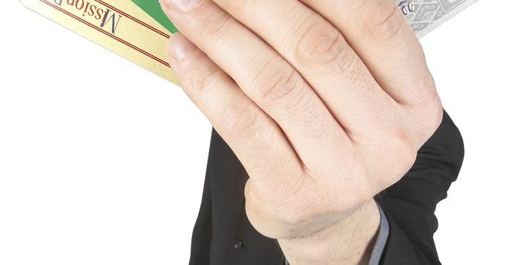 ¿Qué es una retención de débito?. Muchos bancos ofrecen tarjetas de cajero automático que llevan el logotipo de Visa o MasterCard. Estas tarjetas pueden utilizarse como tarjetas de crédito, sin embargo, hay diferencias importantes entre una tarjeta de débito y una de crédito. Una de las diferencias más importantes es que los fondos para cubrir una compra con una tarjeta de débito ...