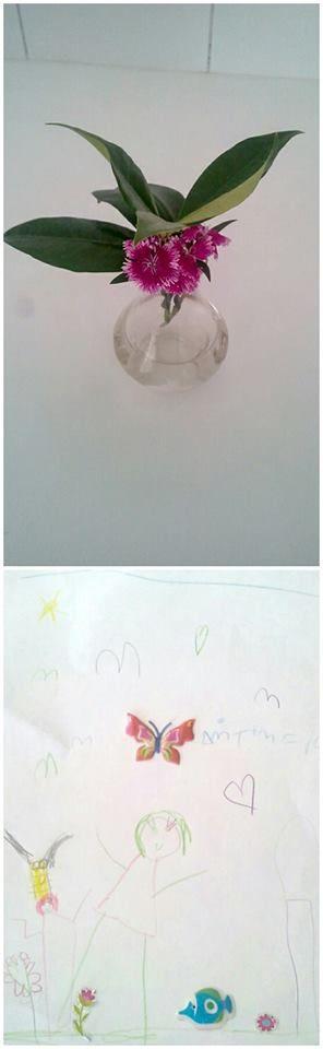 Η Δήμητρα είναι 4.5 ετών. Ήρθε σήμερα στο E-Dentistry μαζί με την γιαγιά της και μας πρόσφερε τα λουλουδάκια που βλέπετε. Όση ώρα φτιάχναμε τα δόντια της γιαγιάς της, η μικρούλα ζωγράφιζε. :)