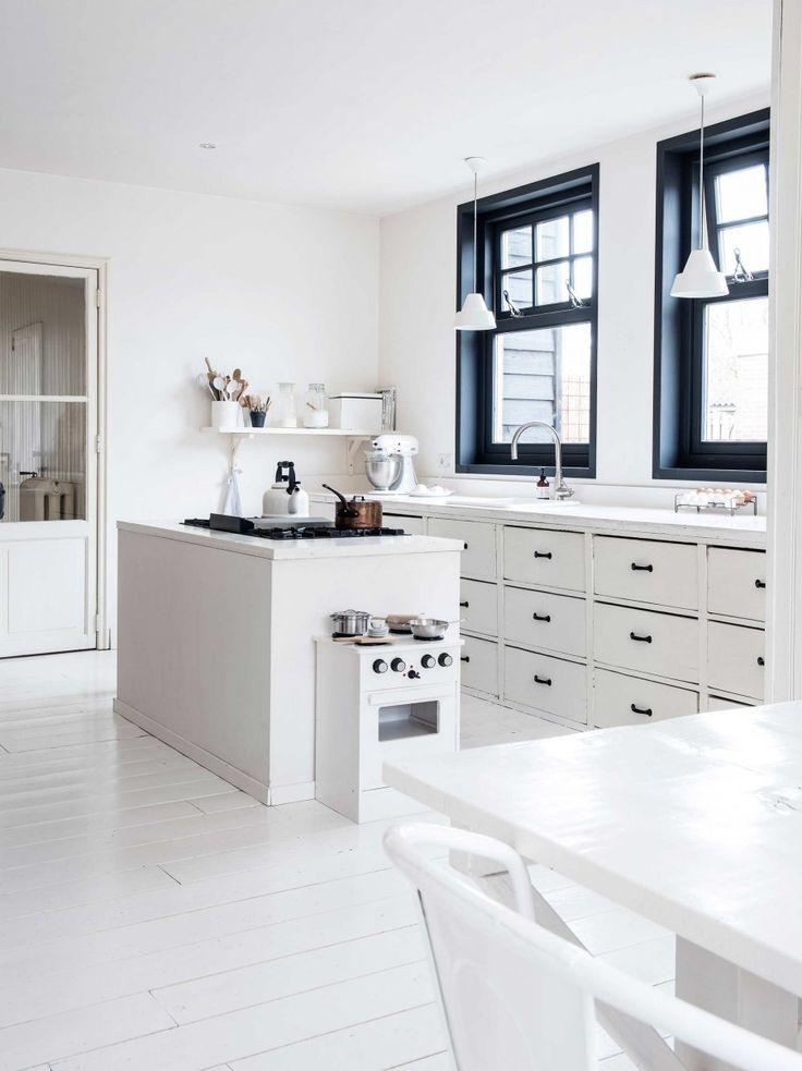 witte-keuken-zwarte-kozijnen