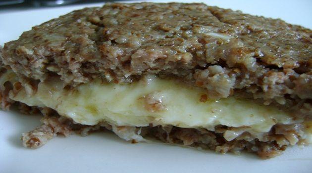 Para o quibe:   - 200 gramas de trigo para quibe   - 350 gramas de carne moída (magra)   - Sal e pimenta a gosto   - 1/2 cebola ralada   - Cerca de 2 colheres (sopa) rasas de farinha de trigo   - Azeite para regar e untar   -    - Para o recheio:   - 2oo gramas de