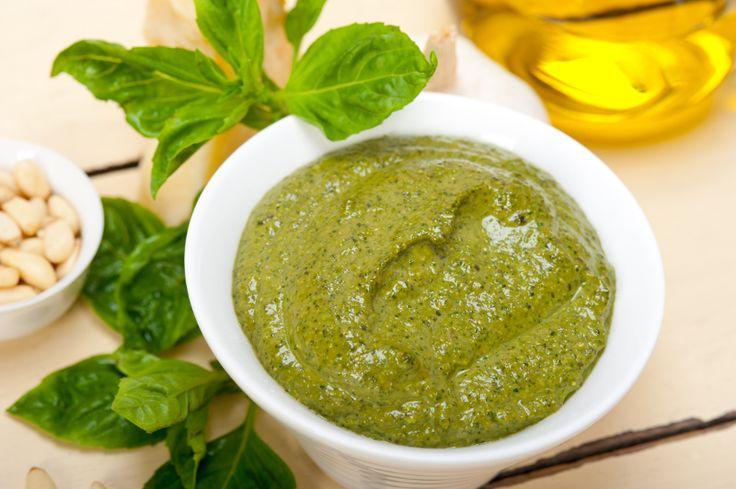 Laissez pas mourir vos plans de basilic sans vous avoir préparer une petite réserve de sauce pesto.