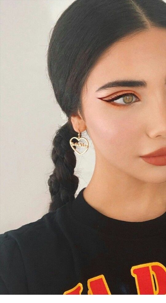 Nice coral eye makeup and gold heart earrings