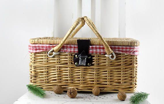 50er Jahre Picknickkorb mit weiß-rotem Futter. Zu finden auf  Etsy.