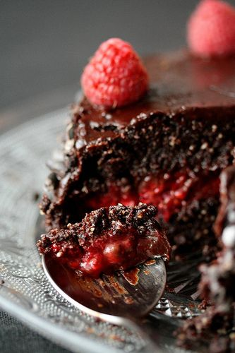 Îţi este poftă de un tort de ciocolată? ChocoCocoo are pentru tine o reţeţă raw-vegan, abosolut delicioasă si sănătoasă. Aici este prezentată reţeta tortului cu zmeură si ciocolată care îţi va încanta papilele gustative. http://goo.gl/xMZAYK