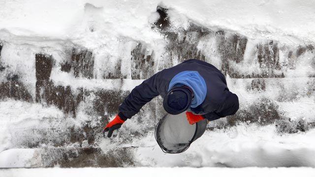Streuen gehört im Winter zu den unliebsamen Pflichten eines Hausbesitzers. (Quelle: imago/Jochen Tack)