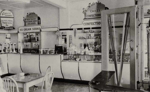 Bill ✔️  Milk bar, Otahuhu, Auckland, New Zealand 1948.    Bill Gibson-Patmore.  (curation & caption: @BillGP). Bill✔️