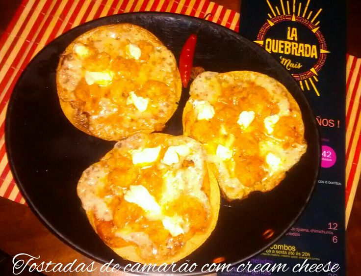 Tostadas de camarão com cream cheese