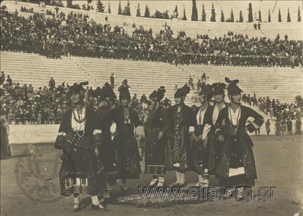 Γυναίκες του Λυκείου Ελληνίδων με Μακεδονίτικες παραδοσιακές ενδυμασίες στο Παναθηναϊκό Στάδιο. Υπάρχων ΤίτλοςΕορτή Λυκείου Ελληνίδων. Μακεδόνες 1925 ΤόποςΑθήνα Χρονολογία1925