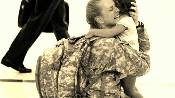 Reencontro emocionante entre mãe e filha após regresso de militares de uma missão