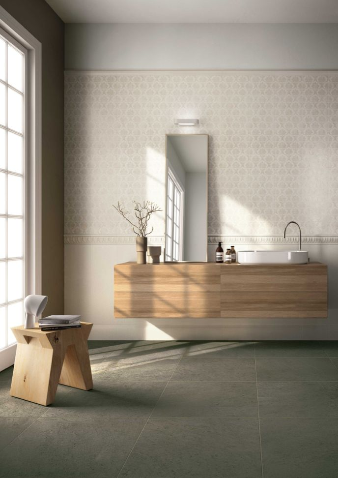 Edilcuoghi Sandstone / Edilcuoghi Chalk. FLOOR_Sandstone GY317 60x60 WALL_Chalk BG102 25x75 R_decoro Decó 25x75 R_terminale 5x25_listello Decó 10x25_battiscopa 15x25  #washbasin #bathroom #bath #mittor #white #beige #gres #edilcuoghi #tile #decor #vintage #contemporary #glasswall #glass #wall #stool #vase #wood #legno #sun