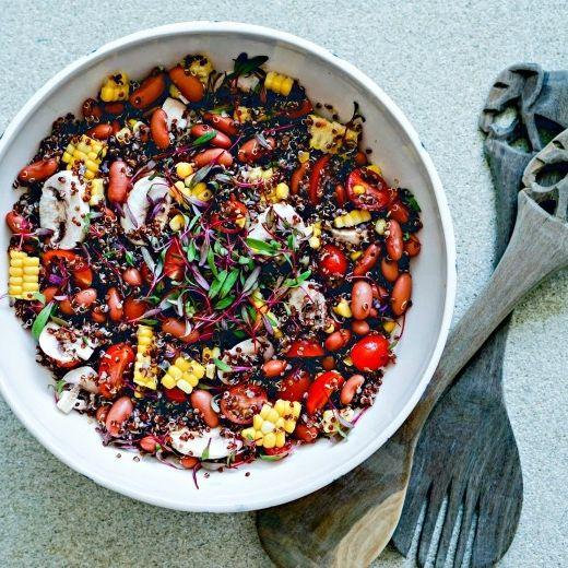 Рецепт - Пикантный салат с киноа, красной фасолью и кукурузой