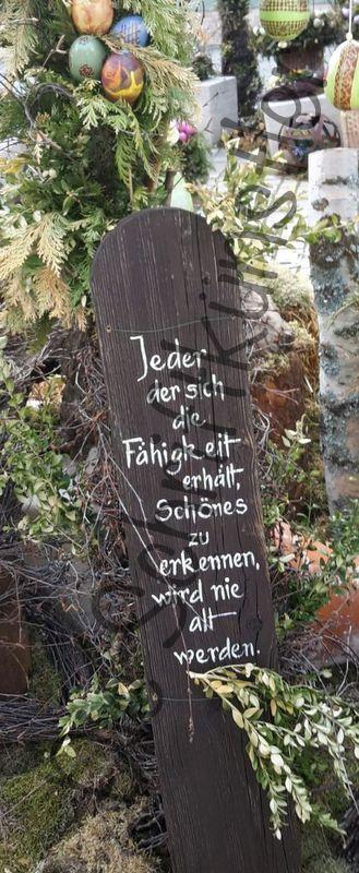 Liebe Schriftbegeisterte,   heute zeigen wir beschriftete Bretter von Monika.     Diese standen heuer an einem Osterbrunnen.          Bis ba...