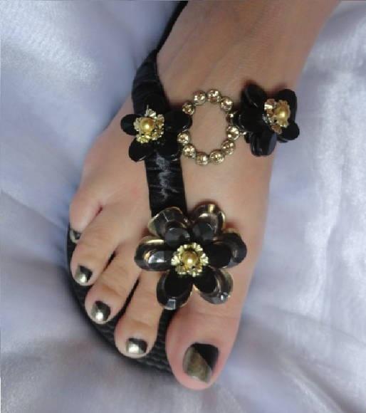 Chinelo Havaiana Top Preto, com corte lateral, bordado com fita de cetim preta, flores preta com detalhes dourado e com uma peça oval ouro velho com Strass. R$ 48,00