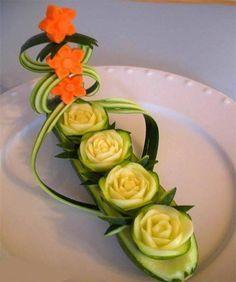 Olhando assim parece coisa de outro mundo! Mas em um segundo olhar, dá pra ver que não são lá tão complicadas de fazer! Usando legumes e frutas, estas flores decorativas ficam super bacanas e decoram os pratos em uma data festiva, deixando a mesa mais bonita e atraindo os olhares dos convidados. É uma boa …