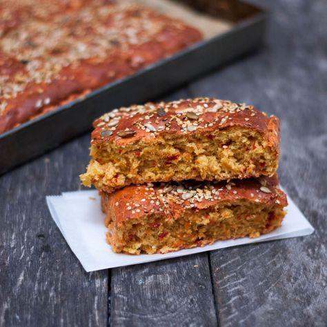 ROTFRUKTS-BRÖD I LÅNGPANNA Baka in både rödbetor och morötter i ditt bröd - det blir underbart gott!