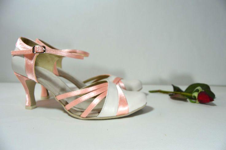 Svatební boty model Victoria T-styl. Kombinace pravé kůže ivory + satén meruňková. svatební boty, svatební obuv, svadobné topánky, svadobná obuv, obuv na mieru, topánky podľa vlastného návrhu, pohodlné svatební boty, svatební lodičky, svatební boty na nízkém podpatku, nude boty, boty v telové barvě, svatební boty na nízkém podpatku, balerínky, pohodlné svatební boty, Retro svadobné topánky - paris blue, kombinácia pravej kože ivory + satén lososová.
