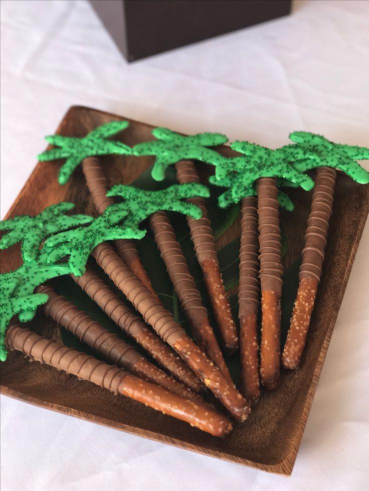 Completa la decoración de tu fiesta temática luau con este tip. Utiliza comida y fruta para crear una mesa de colores exóticos. #party #hawaiana