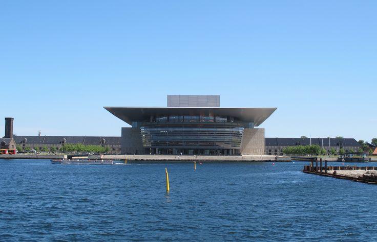 Operaen - Copenaghen Opera House Il teatro nazionale danese si trova proprio di fronte al Palazzo reale di Amalienborg: moderno e antico si guardano e non si odiano ;-) - http://www.kglteater.dk