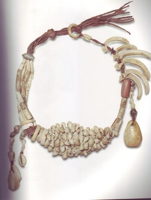 La joyería egipcia  En la época Predinástica ya encontramos sencillos colgantes con elementos tomados de la naturaleza, integrados por conchas, colmillos, huesos o piedras, aunque en ocasiones ya se retocaban y llegaban a cubrirse de un sencillo pan de oro embelleciendo más su aspecto. Es el periodo de gestación del concepto de joya en el Valle del Nilo.   Collar realizado con diferentes tipos de conchas, dientes de siluro y cuentas de esteatita, periodo Badarien