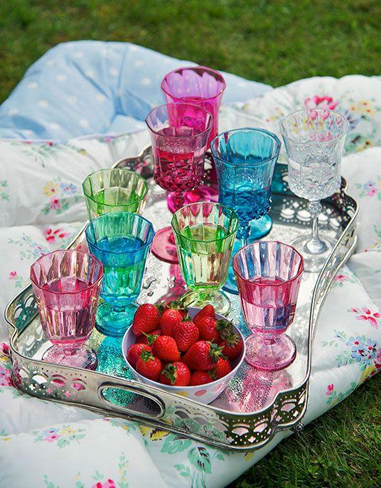 Taças coloridas. Copos coloridos. Decoração com copos e taças.