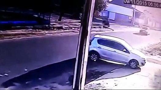 Um policial militar matou três pessoas, sendo duas da mesma família, na manhã desta segunda-feira (9), na zona Oeste de Boa Vista. De acordo com a Polícia Militar (PM), os casos ocorreram por volta das 6h40 às 7h10, quando o suspeito usando colete à prova de balas e uma pistola atingiu a ex-namorada, o pai dela e o pai do atual namorado da vítima.  A polícia informou também que um vizinho foi baleado e se encontra no Hospital Geral de Roraima (HGR). O caso está sendo investigado pela…