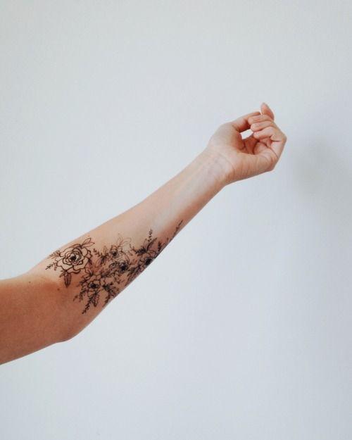 Une belle idée de tatouage à roses, fleurs et feuillage placé sur l'avant bras.