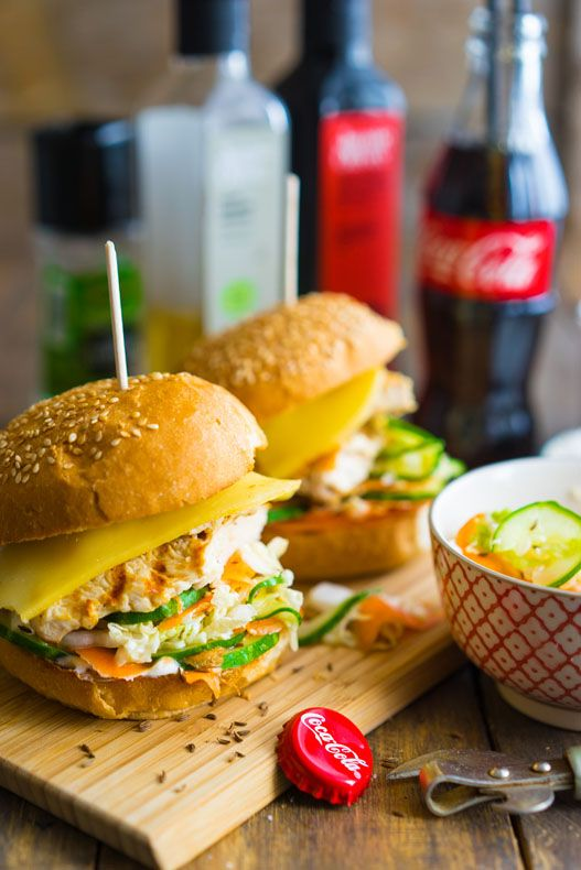 Гамбургер с курицей и сочной начинкой Начинается лето, а значит еда должна становиться легче и красочнее. Самое время приготовить бургеры с хрустящими сочными овощами, которые мы быстро маринуем. За основу берём куриное филе, егоможно готовить на сковороде-гриль, или на открытом огне, пора открывать сезон барбекю! Многие недолюбливают гамбургеры некоторую их суховатость и тяжесть. Но всё...