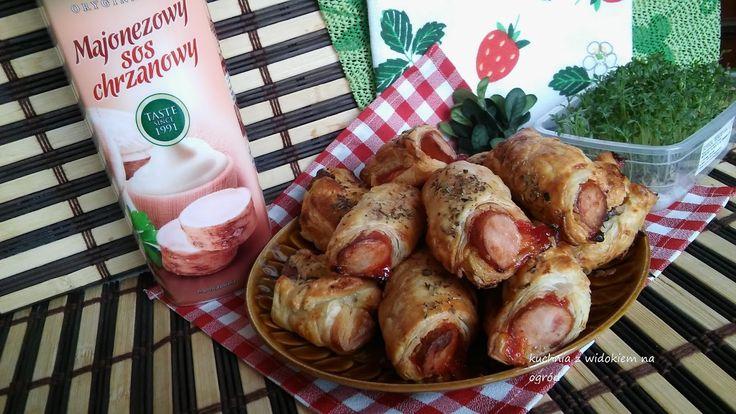 Kuchnia z widokiem na ogród: Kiełbaski w cieście francuskim z sosem majonezowo-chrzanowym i keczupem.