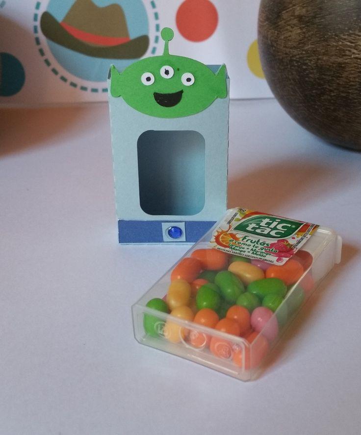 Caixinha Tic Tac- Alien <br>Deixe sua festa personalizada com as caixinhas Tic tac - Alien. São feitas em papel de gramatura 180, com a técnica de scrapbook artesanal e com camadas de papel empregando um efeito 3D. <br>O preço é referente a caixinha de papel, sem as balinhas. Se deseja, as balinhas, consulte-nos. <br>Verifique outros produtos da linha Toy Story <br>Fizemos em outros temas. <br>Dimensão <br>altura 6,8 cm. <br>largura: 4,2 cm <br>profundidade: 1,7 cm <br> Respondemos seu…