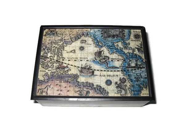 vintage hinged box with metal lid and plastic bottom. An image of an old world map with names like Golfo de Tonza, Mar Delzure and equinotiale. The inside is curved with a scoop, could be used for change. Could also be used as a cigarette box with the curve making it easy to roll a cig. out. Made in Japan. It measures 4-3/4 long x 3-1/4 wide x 1-1/2 high. It is in very nice condition.        ***IMPORTANT< PLEASE READ*** *I use pottery, china ceramic, porcelain and other medi...