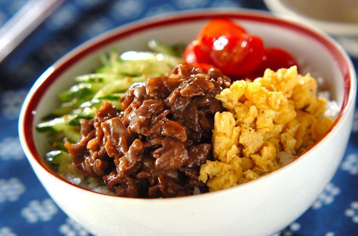 牛肉とキュウリ、炒り卵の彩りがキレイな丼。牛肉は豆板醤を入れて、ピリ辛味に仕上げました。カラフル焼き肉丼/杉本 亜希子のレシピ。[和食/ご飯もの(寿司、ご飯、どんぶり)]2011.06.06公開のレシピです。