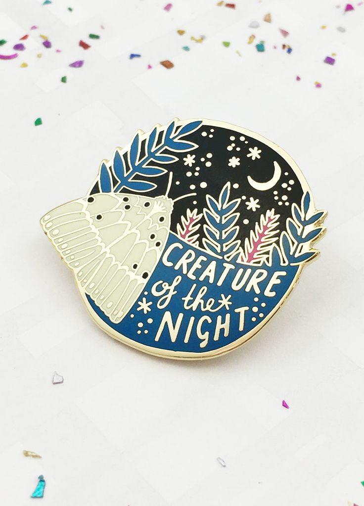Creature of the Night Enamel Pin Ist immer nachts wach is altem klassenzimmer kunstatelier
