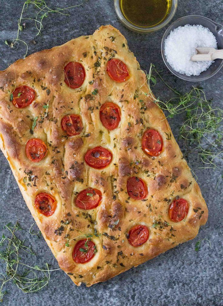 Et lækkert og luftigt foccacia brød med surdej, timian og cherrytomater - perfekt til tapas, til en lækker salat eller pastaret. Eller bare som snack.