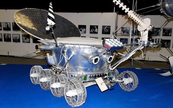 17 ноября 1970: Луноход-1 стал первым роботом с дистанционным управлением, который совершил приземление на поверхности другого небесного тела. Луноход провел анализ поверхности Луны и отправил обратно на Землю более чем 20000 фотографий, пока, наконец, советские специалисты не потеряли с ним контакт после того, как миновало 322 дня.