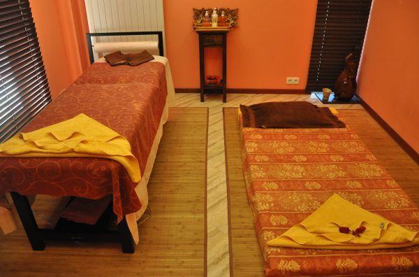Salon masażu tajskiego. Pokój dla par. Licząca sobie 2500 lat klasyczna forma masażu tajskiego, zawierająca połączenie technik akupresury oraz jogi pasywnej (zwaną również jogą dla leniwych). Po sesji następuje rozładowane napięcia mięśni, stawów i ścięgien oraz pobudzony zostaje układ krwionośny i limfatyczny, co przywraca równowagę w organizmie.