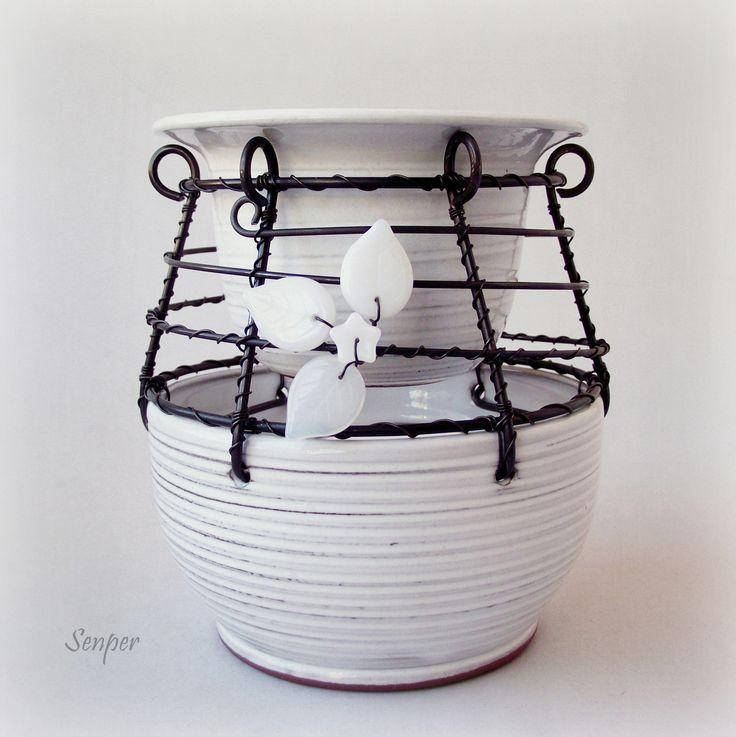 Ledová aromalampička Drátovaná aromalampaz černého žíhaného drátu. Základem jsou krásné keramické bílé misky od Ivuchas. Výplet dozdoben bílými skleněnými korálky. Rozměry : výška cca 11,5 cm a průměr cca 10 cm ( měřeno v nejsširším místě ), výška bez misky na vodu cca 11 cm. Miska na vodu je posazena na pevném drátovaném výpletu, lze ji jednoduše sundat, ...