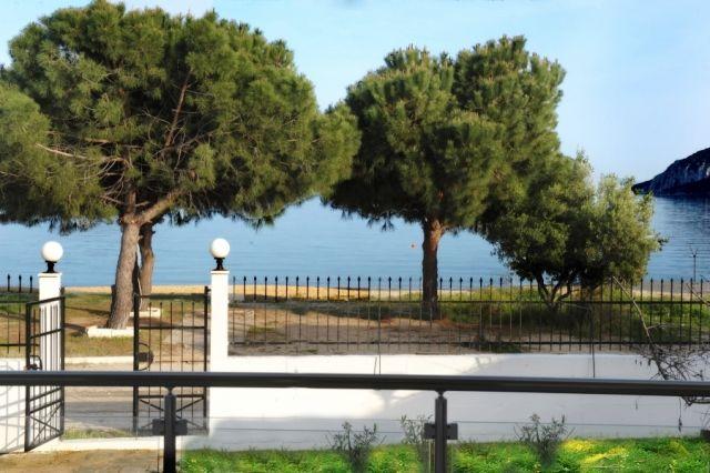 For rent: Beachfront luxury 5-bedroom villa with 900 sq.m. plot of land in Nea Iraklitsa in Kavala area.