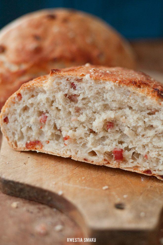 Chleb z grubą i chrupiącą skórką z dodatkiem chrupiącego boczku