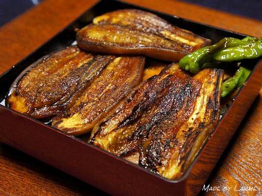 おはようございます。さぁ、明日は2回目の土用(二の丑)ですね平賀源内さんのおかげで日本中が鰻に翻弄されておりますがまずは、この3つをご用意ください最も重要な茄子ね。これは自宅で収穫した茄子~なかなか良い茄子に育ちました次に重要なのが、鶏の蒲焼ね。これも必須たった8切れしか入ってないのに280円もするけど、手作りだとここまで薄く切れないので、薄切りタイプを買うのをお勧めします。このパックは割高だけど、うまいこと探すとお得パックが割引になってることもあります薄けりゃなんでもいいです、はい。あと、欠かせないのが粉山椒だわある意味最も重要なアイテムね。この3つを揃えるとあら不思議~おうちでおいしい鰻重が食べられちゃうよぉ~鰻です、鰻。誰がなんと言おうと鰻です。もう我が家に鰻は要りませんおごってくれるなら喜んで食べに行く...