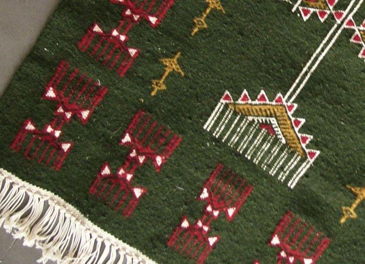 ce tapis kilim vert aux motifs berb res saura trouver sa. Black Bedroom Furniture Sets. Home Design Ideas
