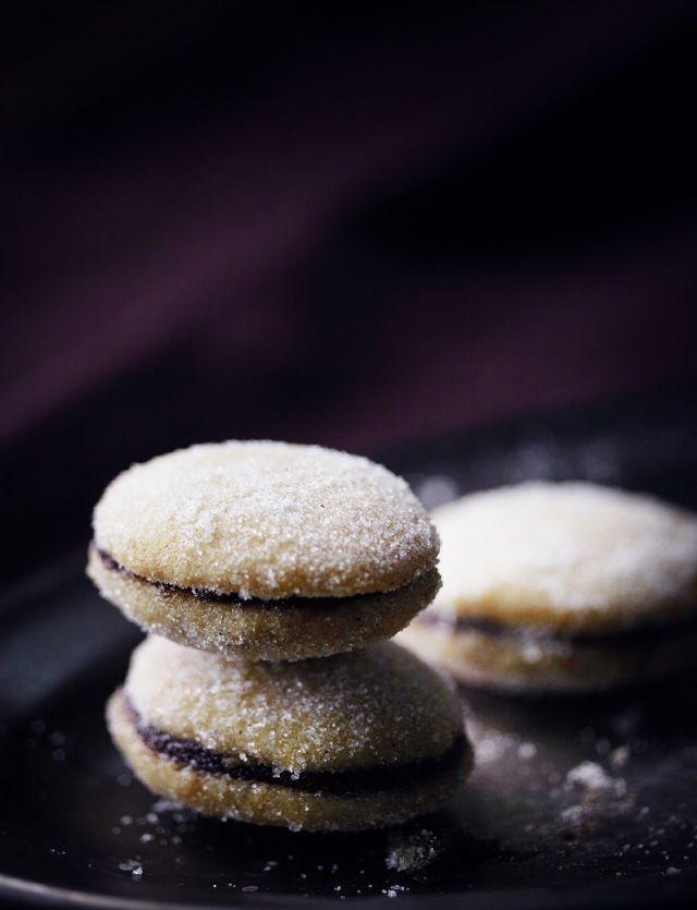Luumulusikkaleivät ovat ihana talvinen herkku. Taikinaan lisätään piparkakkumaustetta ja valmiiden pikkuleipien väliin luumumarmeladia.