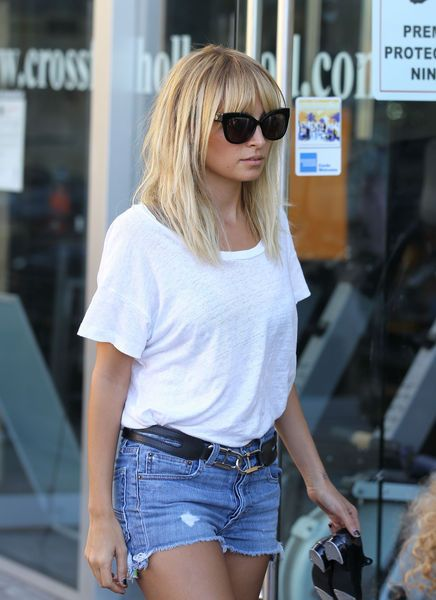 nicole ritchie: Blonde, Nicole Richie, White Shirts, Street Style, Chill Outfits, Bangs, Richie Rich, Jeans Shorts, Nicole Ritchie