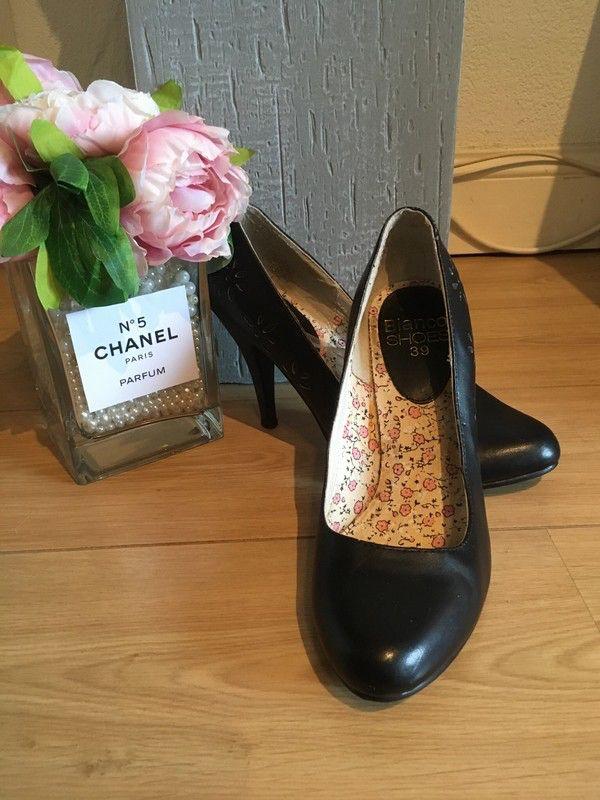 Escarpins noir bouts ronds simili Blanco  de marque Blanco. Taille 39 à 9.00 € : http://www.vinted.fr/chaussures-femmes/talons-hauts-and-escarpins/19053300-escarpins-noir-bouts-ronds-simili-blanco.