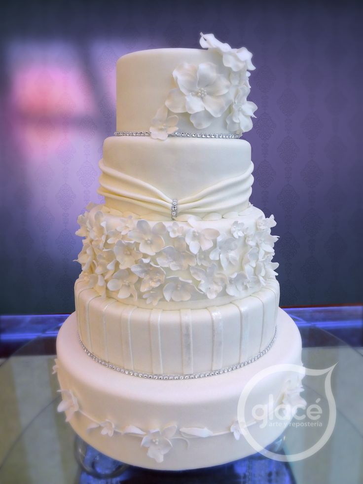 Torta de boda decorada con delicadas flores de azucar.